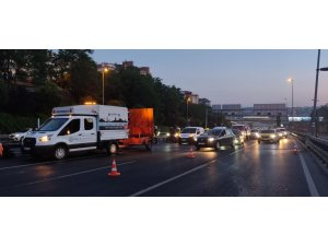 E-5'te otomobil elektrik direğine çarptı: 2 yaralı