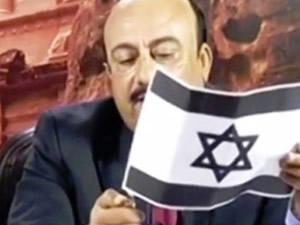 Canlı yayında İsrail bayrağını yaktı ve tükürdü