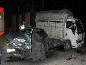 Otomobil kamyonetle çarpıştı: 1 ölü 4 yaralı