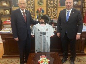 MHP lideri Bahçeli, Beşiktaş tarafından gönderilen imzalı forma için teşekkür etti