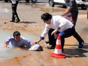 Engelli vatandaş su dolu çukura düştü