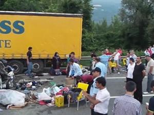 TEM'de minibüs TIR'a çarptı: 20 yaralı