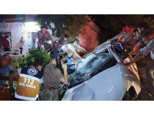 Taklalar atan otomobil eve çarparak durabildi: 1 ölü, 1 yaralı