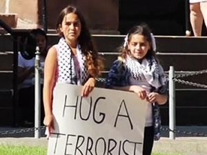 İki Filistinli kızdan ABD'de Gazze eylemi