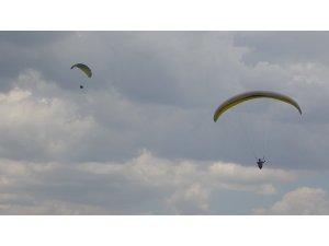 Bingöl'de bin 800 rakımdan atlayan yamaç paraşütçüleri yarıştı