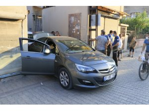 Adana'da polisten kaçan otomobil 3 kilometre kovalandıktan sonra yakalandı
