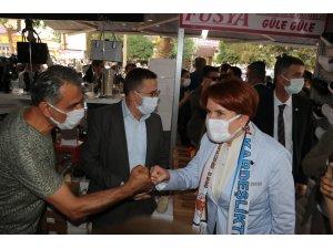 Akşener'in ziyareti sırasında ilçe belediye başkanı ve milletvekilleri makam odasına girmek için korumalarla mücadele verdi