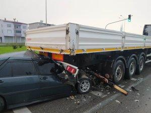 Samsun'da otomobil tırın römorkunun altına girdi: 1 yaralı