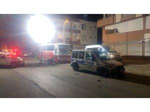 Silahlı kavgaya karışan şahıs gasp ettiği kamyonetle polis aracına böyle çarptı: 2'si polis 5 yaralı