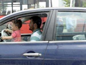 3 yaşındaki çocuk direksiyon başında