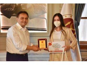 Başkan Şahin'den Türkiye 3'üncüsü olan öğrenciye hediye çeki