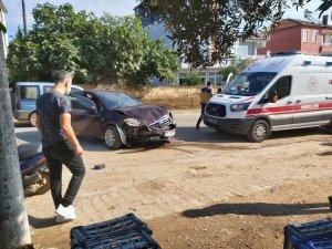Virajı alamayan kadın sürücü duvara çarptı