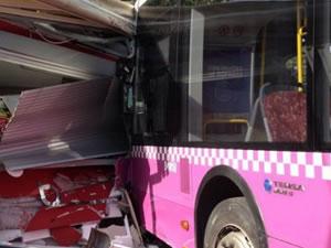 Kabataş'ta İETT otobüsü durağa çarptı! Çok sayıda yaralı var