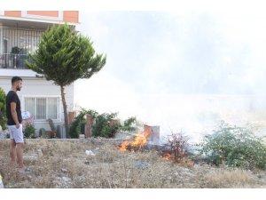 Boş arazide yangın paniğe sebep oldu