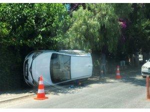Virajı alamayan otomobil yan yattı