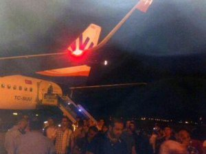 Motoru arızalanan uçak geri döndü