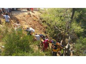 Uçuruma yuvarlanan araçtaki yaralılar insan zinciriyle yukarı çıkartıldı