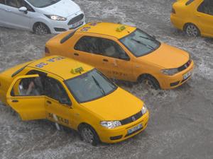İstanbul'da yoğun yağış hayatı felç etti
