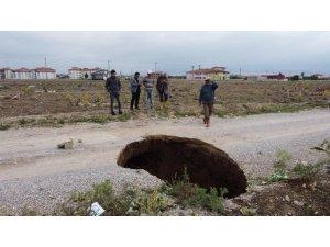Afyon'da endişe uyandıran göçük ve yarıklar