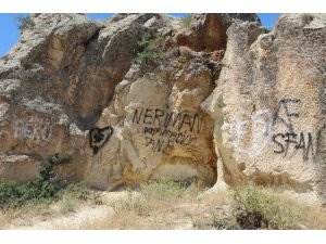 Kapadokya'da peribacaları çirkin yazılardan temizlenecek
