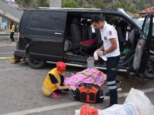 Minibüs üst geçide çarptı: 2 ölü, 3 yaralı
