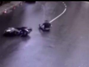 Motor devrildi, kayarak gelen sürücüyü elinden tutup kaldırdı