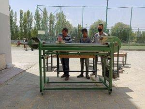 Iğdırlı öğretmenler yaptıkları zımpara makinesiyle eskiyen okul sıralarına yeniden hayat veriyor