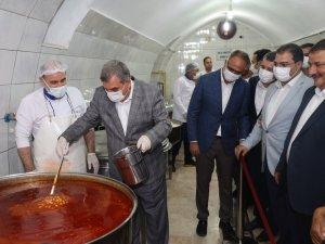 Şanlıurfa'da belediye başkanları aşevinde elleriyle yemek dağıttı