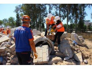 AFAD gönüllüleri aldıkları eğitimlerle uzmanlaşıyorlar