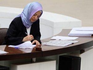 Türbanlı stenograf Meclis tarihinde ilk defa görev yapmaya başladı