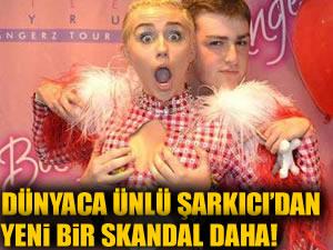 Miley Cyrus hayranına göğüslerini tutturdu