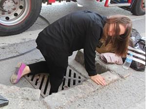 İstanbul'da bacağı mazgala sıkışan genç kadın