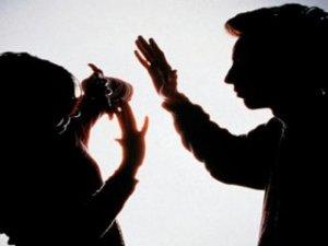 Kendisinden izinsiz çikolata alan karısını dövdü!