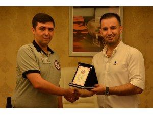 Hırsızlık girişimini önleyen güvenlik görevlisi ödüllendirildi