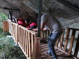 Kanyonda ayağı kırılan kadını 1 kilometre taşıdılar