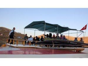 Sulama amaçlı yapılan gölde 'Diriliş' adlı tekne, ilçe nüfusunun 15 katı turist ağırladı