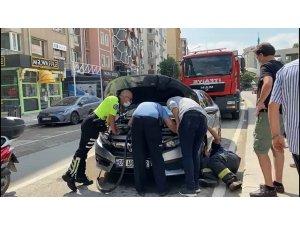 Aracın motor kısmına giren kedi çıkartılamadı