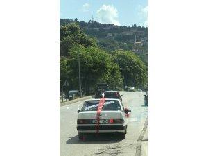 Aracının arka camına yazdığı yazıyla görenleri şaşkına çevirdi