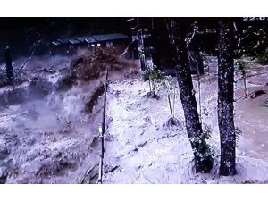 Rize'de 22 Temmuz günü yaşanan sel anı güvenlik kameralarına yansıdı