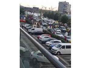 Gaziosmanpaşa'da bir kamyon, içinde yolcu bulunan minibüse çarptı