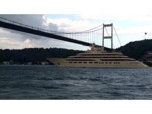 Dünyanın en büyük süper yatlarından 'Dilbar' İstanbul Boğazı'ndan geçti