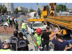 Bariyerleri aşan otomobil metro inşaatına düştü: 1 ölü, 1 yaralı