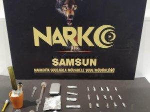 Uyuşturucu ve uyuşturucu içme aparatlarıyla yakalandı