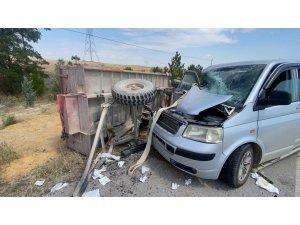 Minibüsün traktöre arkadan çarptığı kazada 7 kişi yaralandı