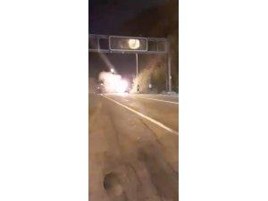 Seyir halinde alev alan otomobile su bidonları ve yangın tüpleri ile müdahale edildi