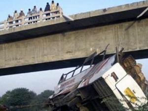 Otobüs uçuruma yuvarlandı: 22 kişi hayatını kaybetti!