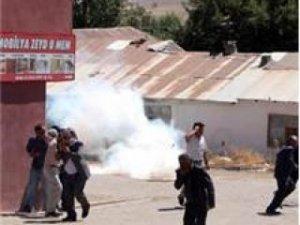 Bingöl'de protestocular kepenk kapatmayan esnafa saldırdı!