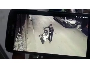 Bursa'da saniyeler içerisindeki motosiklet hırsızlığı kameralara yansıdı