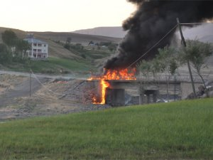 Muş'ta PKK yandaşları akaryakıt tankerini patlattı