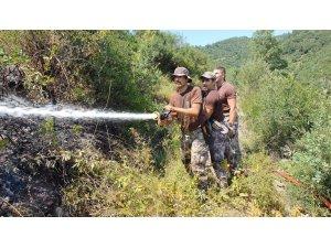 Özel harekat polisi, yangından kurtardığı kaplumbağa elleriyle su içirdi